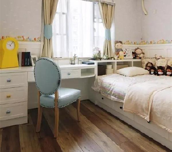 儿童房的床和写字台都融入了强大收纳功能