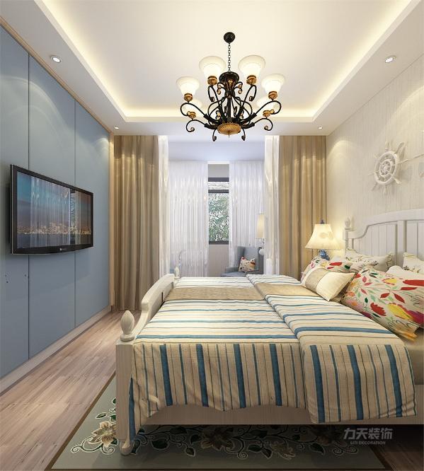 主卧室床头背景墙也采用田园风格饰品,搭配白色家具,和木纹地板让业主感觉人与自然完美融合于一室,呈现出闲适,淡雅的自然生活氛围,加上客厅的布艺沙发,既朴实低调又不失时尚。