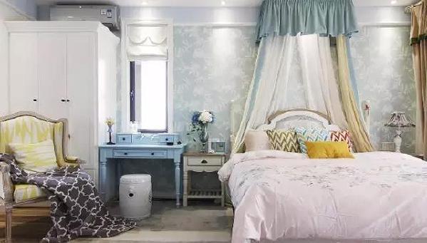 主卧床头背景蓝绿色壁纸陈铺,床幔增加了浪漫公主气质,定制的蓝色梳妆台美貌实用