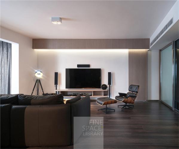 """兼备空调走管的木梁贯穿了客厅空间,且通过赋予的另一功能""""照明"""",使之更具有存在的价值;与大幅的卧室门一起,构成极具至简的形式美感。"""