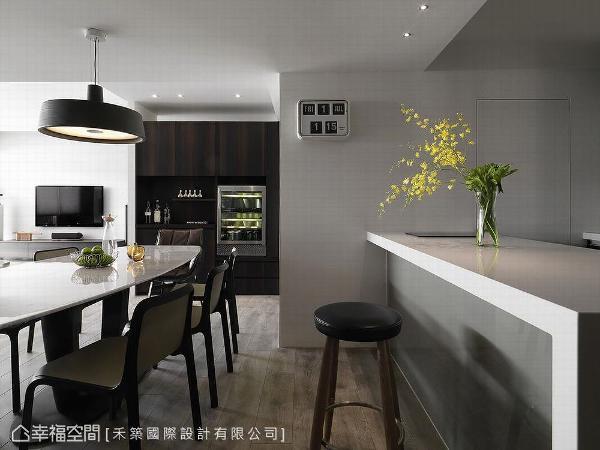 设置吧台区满足经常举办家宴的需求,吧台位置的轴线与厨房拉为一直线,铺叙空间的秩序美感。