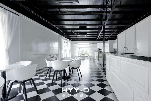 咖啡厅 经典的黑白格从未退出过时尚的舞台,摩登又复古的气息随着地砖铺设的走向无声流淌,满满的视觉指引感,预示着窗前那一处风景。
