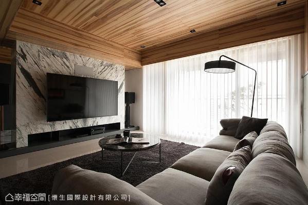 电视墙以佛罗伦萨大理石奠定居家大器质感,双面设计也一并满足了客厅与书房的储物要求。