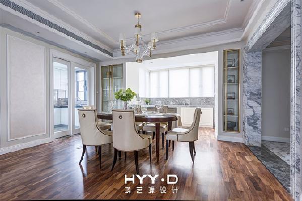 餐厅/Dining room  木色的温润弱化了大面积白色的的略微清冷,柔和的自然光线越过生活阳台,相携着错落铺设的条形地板,延伸空间的同时也带来更敞亮轻松的用餐环境。