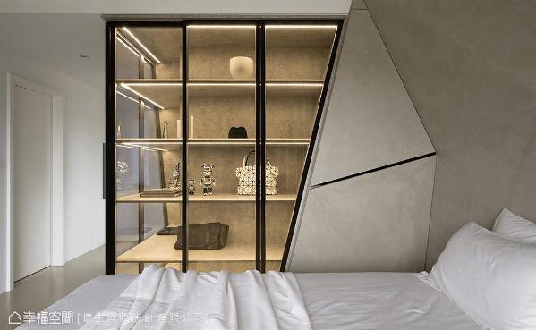 采清玻门片框出展示空间,搭佐灯光照映与几何量体设计,提升场域精致感受。