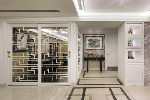 中式窗棂线条从地坪延伸至书房拉门,与缀点门上的金箔方块与琉璃如意把手,共谱奢华的东方美学。