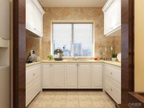 厨房用U型布局,整体空间流畅。墙面采用深色斜拼仿古砖,白色的厨具,凸显美式风格的美。