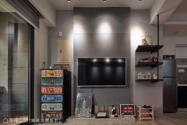 电视墙旁摆放外国车牌抽屉柜,以仿旧造型带来美式工业风精神;铁件层板展示柜陈列许多个性居家小物,彰显出屋主独到的品味。