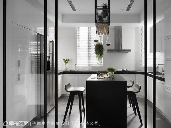 利用系统柜替大型电器与储物空间藏身,并设计中岛顺理动线,打造明亮利落的厨房场域。