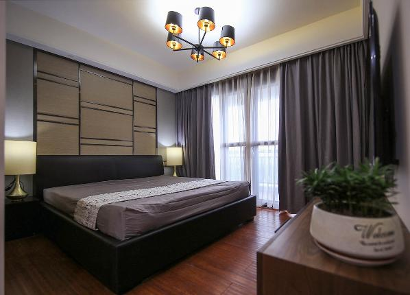在软装设计上,色调及材质没做过多的装饰,色调也基本采用了较为深沉的纯色来营造卧室的静谧感,在视觉比较平和。