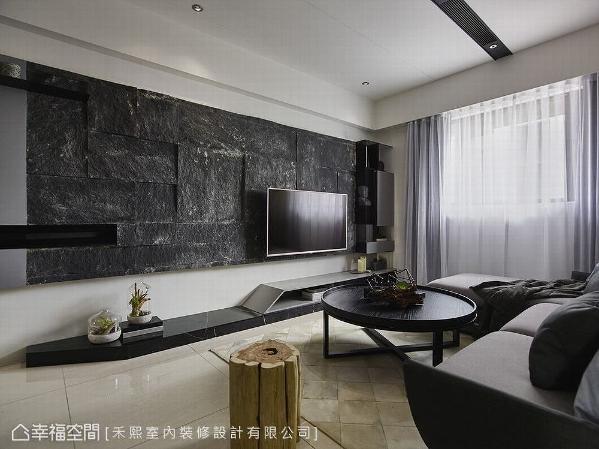 岩板与大理石的原始意象交相辉映,缀以清透玻璃、冷冽不锈钢的质材表现,组构出电视主墙的磅礡气势。