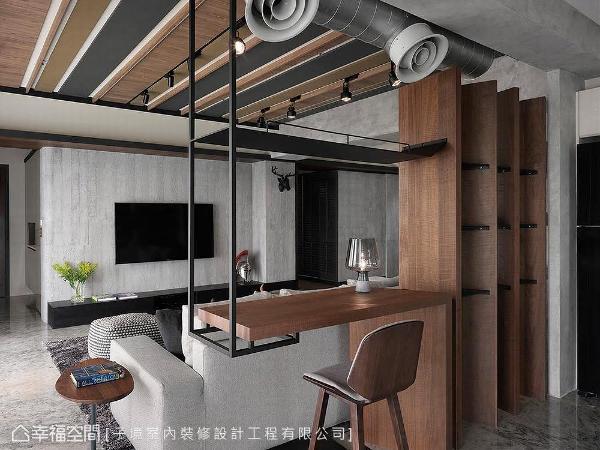 设计师古振宏以胡桃木与铁件打造吊柜与展示空间,为客厅与餐厨场域间接订定使用范畴。