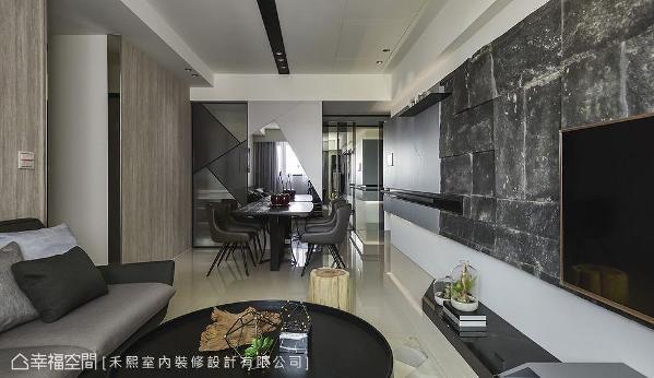 界定私领域的隔墙以木皮做为立面表情,禾熙设计更以不锈钢R角消去转弯处直角,为空间挹注恰到好处的柔软。