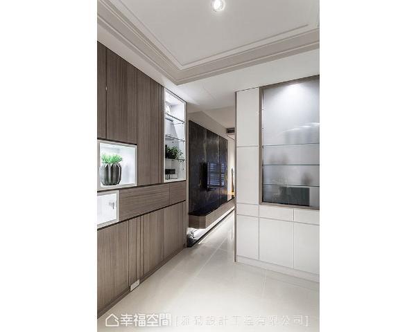 李敏郎设计总监利用两座高柜界定内外场域,除了充足收纳机能外,亦结合有如精品柜般的展示台面,让玄关充满精致大方的迎宾氛围。