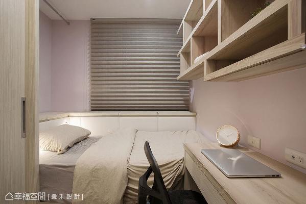 汇禾设计考虑风水忌讳,卧床四周规划上掀式床边柜,以避开厨房炉火位置,也大大提升收纳量。