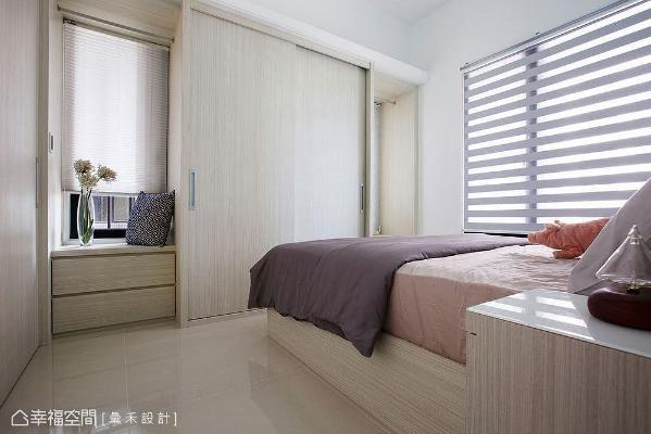 建筑拥有两面开窗,将其中一片中间窗遮蔽,并设置衣柜增加收纳量;特别选用木纹造型门,与主卫门片相呼应,让机能化于无形。