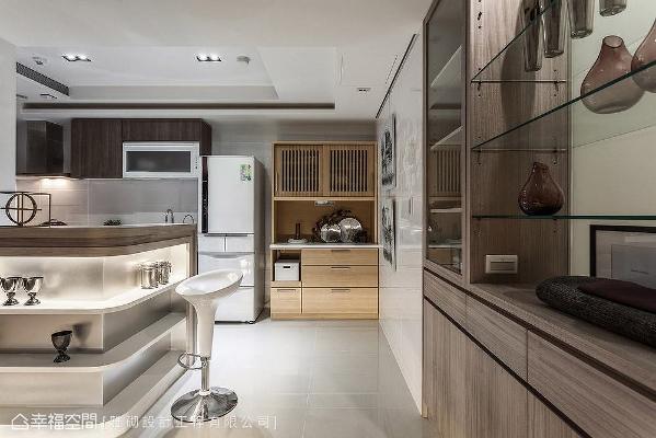 沿着双面柜延展出L型高吧台,取代制式的餐厅空间,下方更规划置物层板,发挥立面的机能效益。