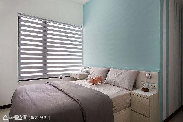 采绷皮革设计的床头墙,以蓝白配色呈现活泼跳色;藉由一体成形手法,规划出化妆桌和床边柜,以及床头阅读灯。