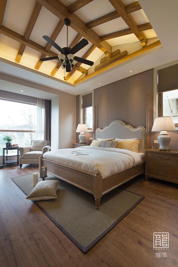 卧室的色调温暖而醇和,舒适优雅的大床带来更加优质的睡眠。疲乏的身体,纷杂的心,在此都得到安放。