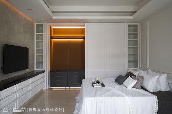 屋子里处处可见精工细节,像是主卧隐藏于白色拉门后方的精美衣柜,就远自艺术之都──意大利订制而来,耗时长达七个月。