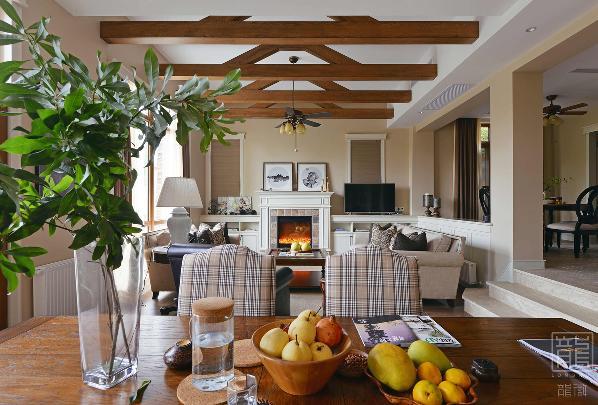 客厅整体以米黄色为基调,搭配咖色与白色木作,自然休闲、温暖舒适。美式沙发和中式圈椅的组合,经典、和谐,耐人寻味。