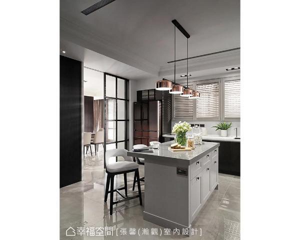 配合空间漆面调性,中岛吧台以灰色系立面搭佐古典门片,低调演绎大方优雅气质。