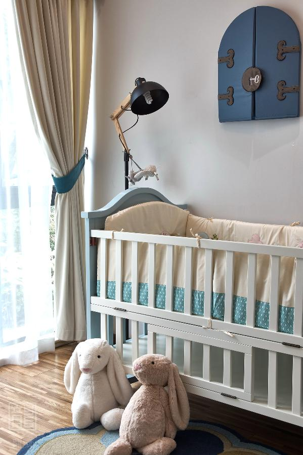 茁壮的小树、飞翔的小鸟和墙上带锁的小木门,似童话般的小世界,宝宝有着自己的小秘密,但却对未来毫无畏惧。
