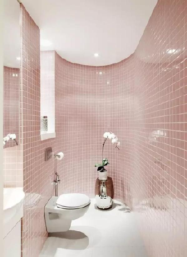 马赛克是很常见的瓷砖,它规格小,色彩丰富,富有艺术气质,不管是同色系组合还是各种混搭都能大幅度提升空间的层次感和立体感。