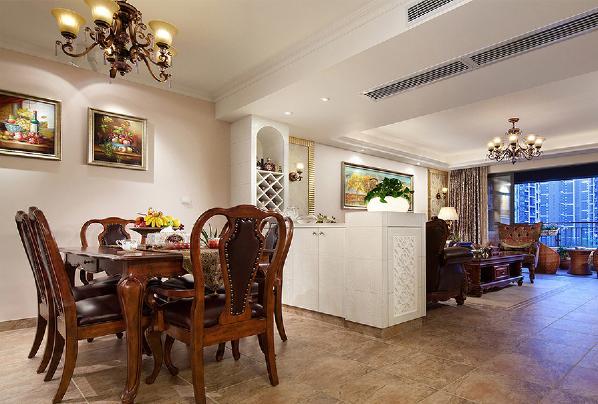 客厅紧邻餐厅,餐厅的桌椅风格统一,完美搭配,搭配吊灯和墙上的装饰画,竟有种静谧的气氛。