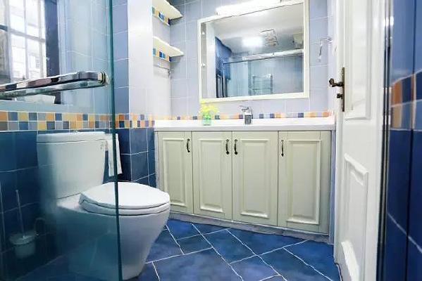 卫生间也是贯穿整个风格的蓝色系,带来清爽的视觉效果。