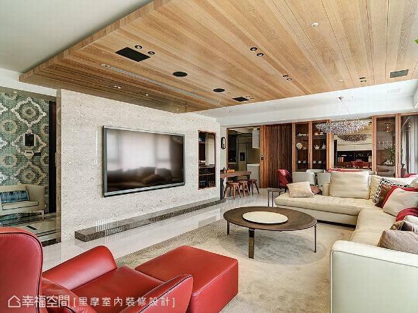 延续泡茶区的质朴风格,客厅的天花板利用木作造型铺陈,让自然质材诠释现代的人文色彩。