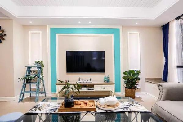 蓝色点缀了整个空间,清新优雅,电视柜旁边的梯子,有点怀旧的感觉。