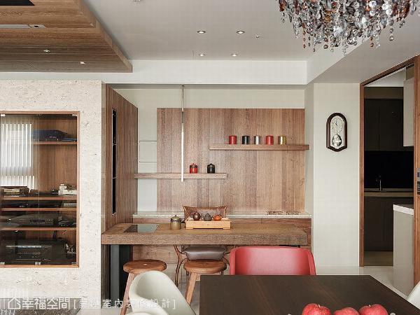 以实木订制桌体,壁面同样延续木作元素,藉由层架上鲜明色调的茶罐点缀,营造新潮之意。