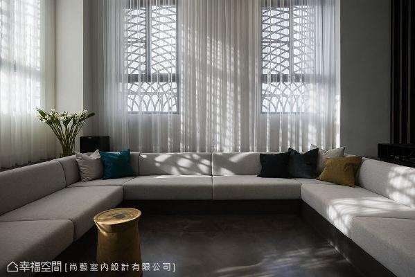 沙发背后的造型铁件窗框,透过纱质帘幔的漫射洒落,晕染错落有致的自然光谱,只是静看也能沉醉。