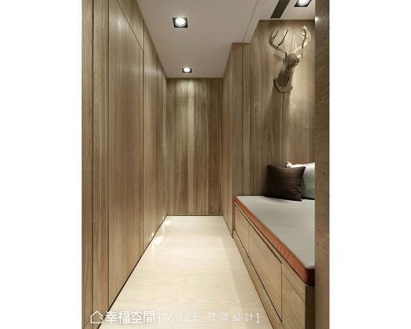 结合卧榻机能的设置,搭配木皮的运用,除了铺陈情境段落外,也淡化室内的入口动线。