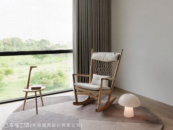 一片绿油油的户外景色随窗入室,摆设一张休闲摇椅,成为一处放松纾压的小角落。