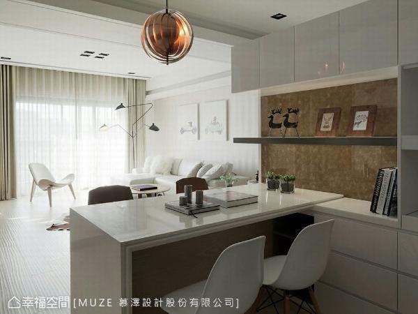 上方悬空的玄关柜,避免带来压迫的视感,同时结合中岛的设置,界定出餐厨区机能。
