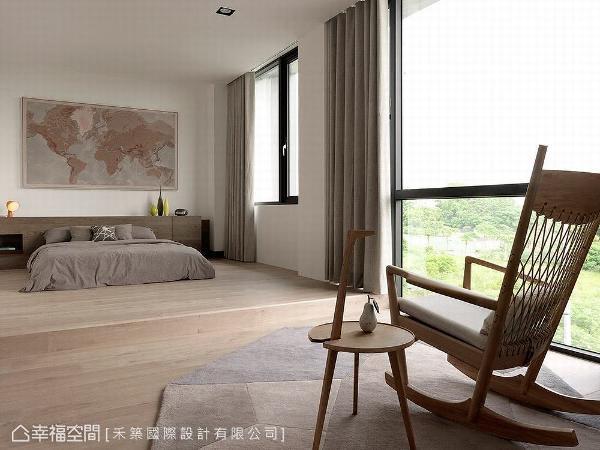 以架高木地板的形式呈现,藉此与其他空间做出区隔;床头壁面的地图挂画,亦是依照整体空间色调做搭配。