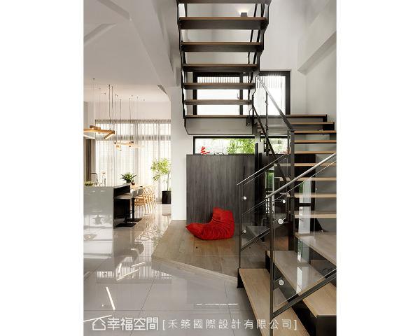 楼梯下方利用些微架高的木地板,隐藏储水室盖板的位置,增添空间的层次变化。