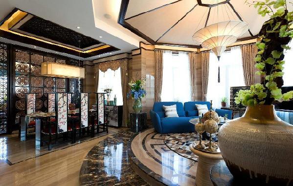 客厅布置,布置结构围绕着地板的中心摆放的。