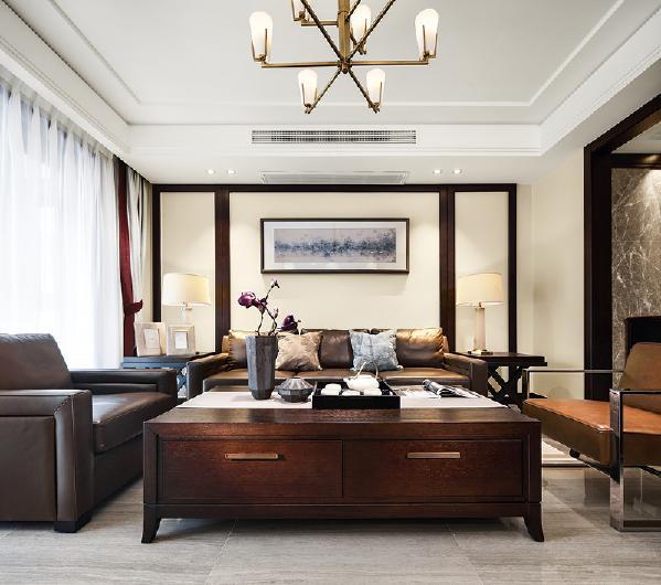 空间硬装均采用大片米色、白色墙面,辅以褐色护墙板,客厅地面铺米色纹理瓷砖。
