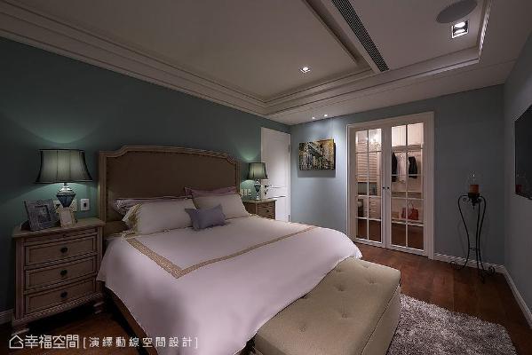 蓝绿色墙面在光线衬托下,展现出不同表情层次;更衣室设置白色格窗门,藉由蓝白配色呈现出美式氛围。