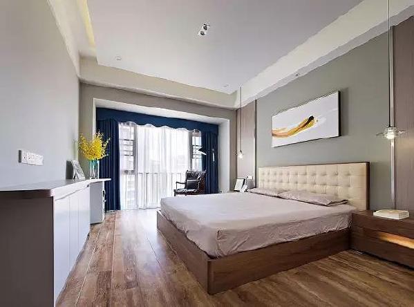 卧室没有做过多的装饰,质朴、清雅,宁静的氛围与简单舒适的布艺塑造出柔和的意境。强质感的宝蓝色窗帘,带来视觉上的跳跃感受。