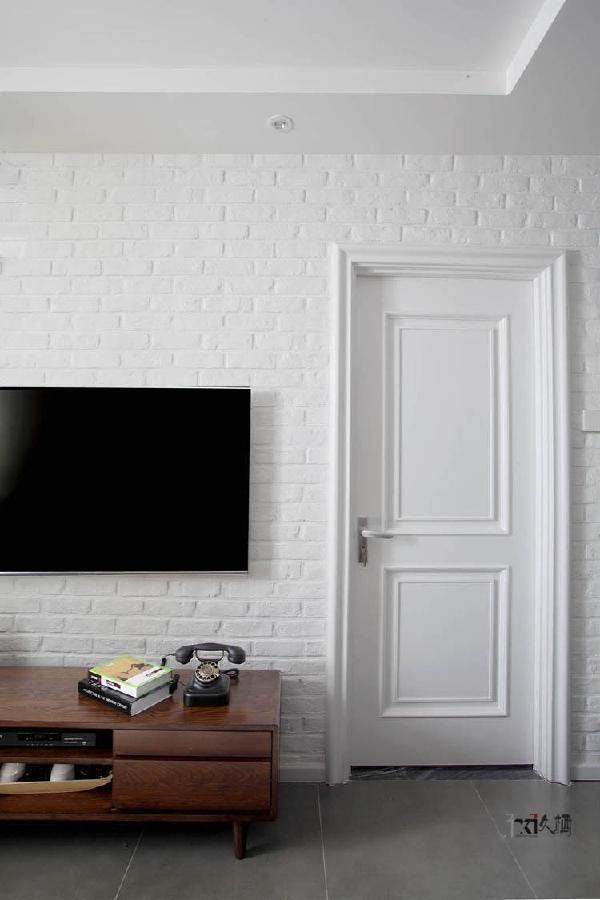 电视背景采用白色文化砖设计,与白色混油木门整合相融。好似放空的留白写意,让人无尽瞎想,感到无比松弛。