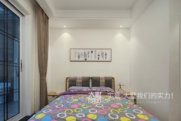 次卧室没有过多花俏的装饰,使睡眠区突出,塑造出通透舒畅的空间感。