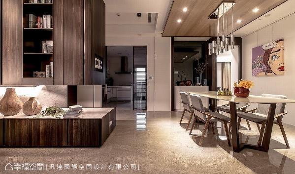 玄关处的柜体延伸入室,转入客厅区域即化为收纳及展示机能,并利用柜体下方的光源,营造轻盈立体感。
