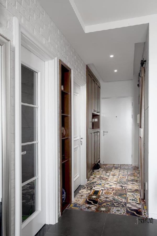 小小的走廊,别有洞天。简约的原木系家具元素,让整个空间有回到大自然的感觉,温馨又惬意。多道门洞与储物的设计,尺寸把控恰到好处,让多重功能一应俱全,既不冲突,又便捷实用。