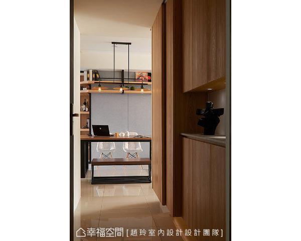 以木纹质感铺陈柜面视觉,让人一入门就感受休闲纾压氛围。