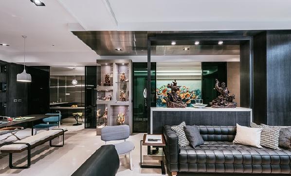 客厅、餐厅、厨房、车库间皆以大面黑玻璃作为推拉移门,既可保留个空间的独立性,又不失完整单元的使用性。