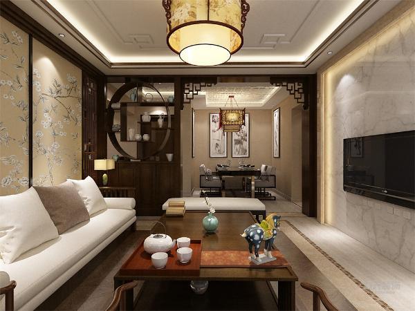 客厅位于餐厅正对的方向,与餐厅通透,在视觉上显的更加宽敞,其次,在通风采光方面,客厅具有一个相对比较大的窗户,在这两个方面都相对比较优越